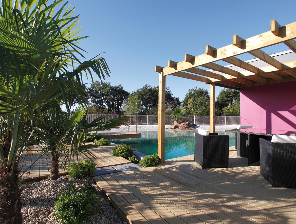 Convivialité sur la terrasse au bord du bassin de baignade - Vendée -